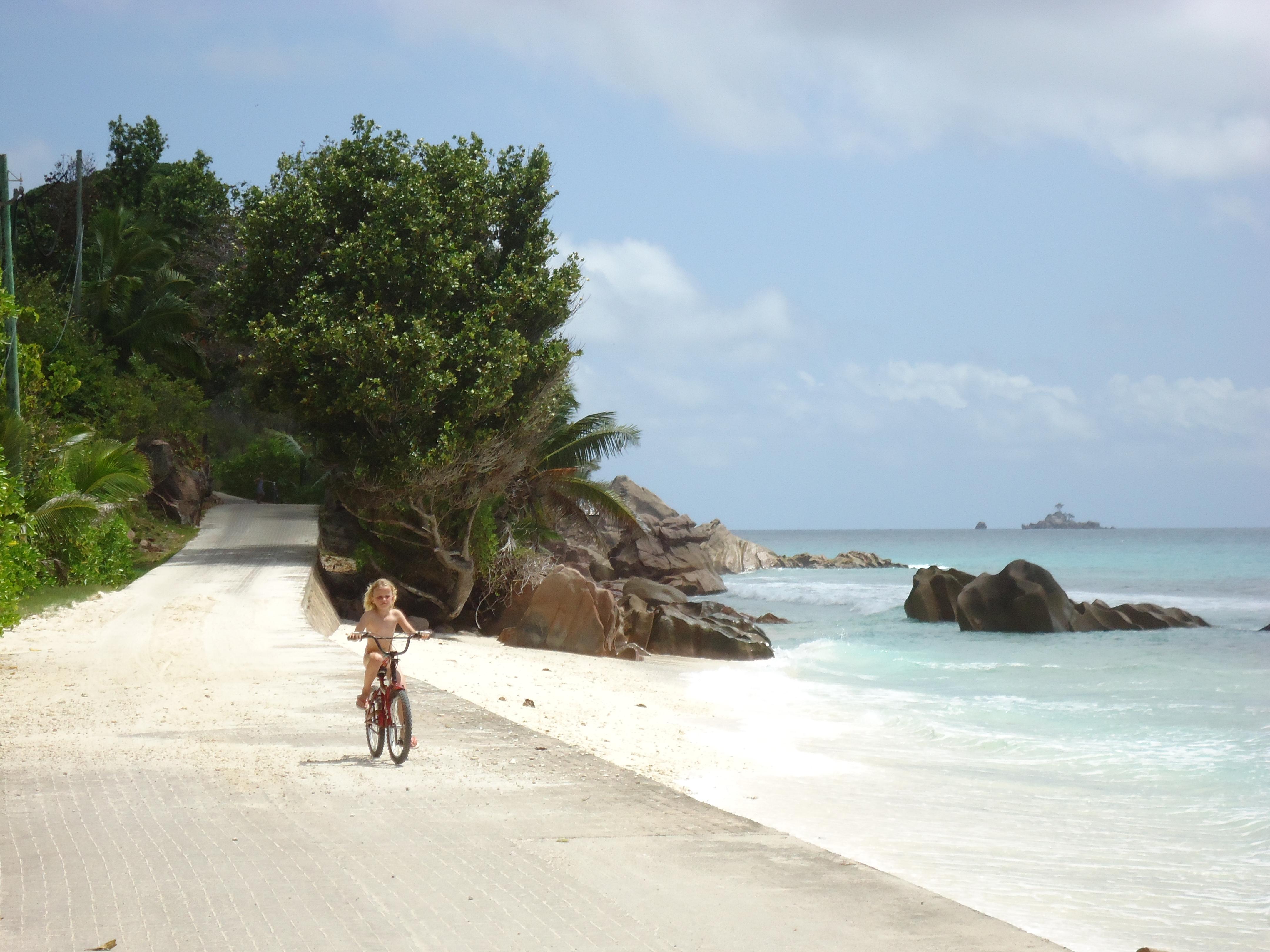 kind_op_fiets_Seychellen